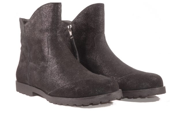 Suede boot, ankle length, inside zipper, flat lug sole